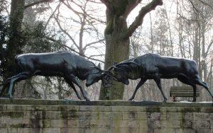 Kämpfende Hirsche am Eingang zum Arboretum Riddagshausen